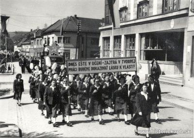 1_majovy_pochod_pred_r1960_ul_sturova